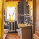 Baño amplio con plato de ducha, bidé y lavabo