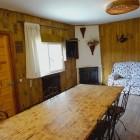 Salón comedor con chimenea y dos sofas