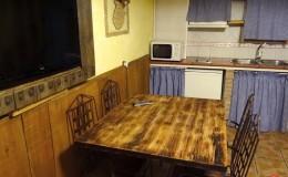 Salón con cocina y televisión plana