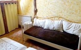 Sofa de la habitación con dos camas